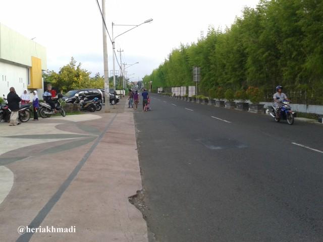 foto jalan depan taman